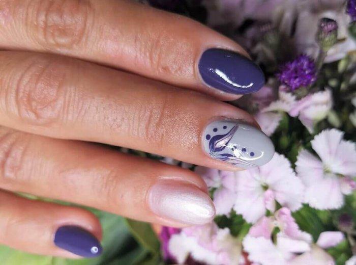 Lila maniküre Nägel mit Blüten