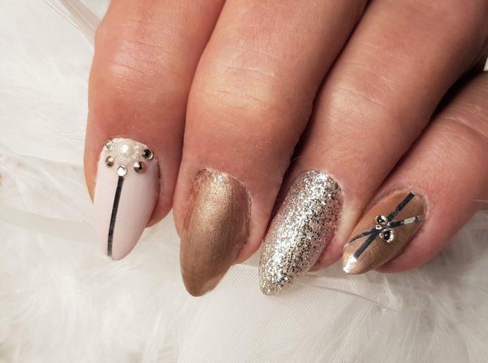 Festlich, elegante Nägel mit Perlen, Swarowskis und Streifen