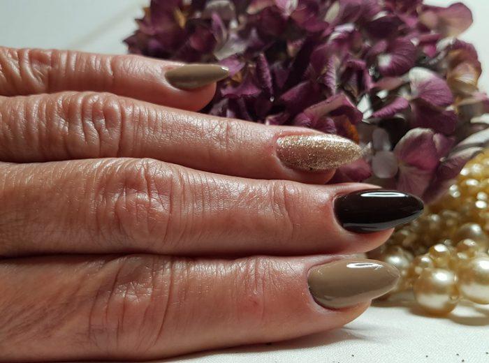 elegane, braun goldene Farbkombination auf den Nägeln